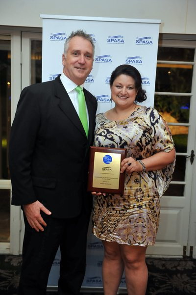 Pool+Spa's Ivan Cunningham presents Mandi Maddison with the Sales Representative of the Year Award.