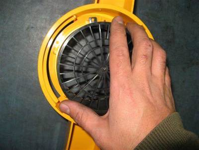 To open the impeller cover, twist it anti-clockwise.