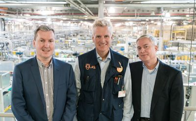 Together, Steve Mahon, CEO of Mura Technology Limited (left), Oliver Borek, CEO of Mura Europa GmbH (right) and Frank Blase, CEO of igus GmbH (middle) want to recycle plastics and give them a new life.