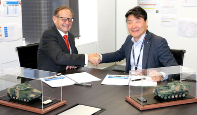 K-TIG managing director Adrian Smith (left) and Hanwha Defence Australia's Richard Cho at the MOU signing.
